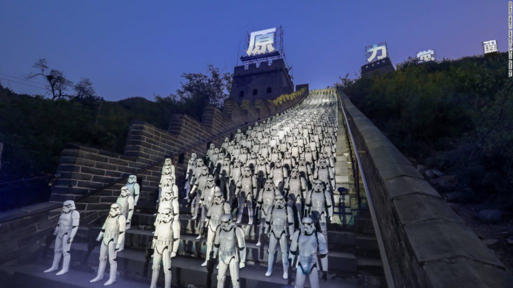 500 Stormtrooper figurines lined up on the steps of the Great Wall of China (credit: filmgamesetc.com)